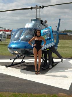 Chica de Playboy del equipo LCR Honda MotoGP toma un paseo en helicóptero
