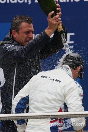 Podium, Andy Priaulx, BMW Team RBM, BMW 320si et Bart Mampaey, Team Principal, BMW Team RBM
