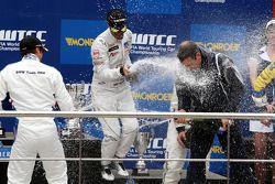 Podium, Robert Huff, Chevrolet, Chevrolet Cruze LT, Andy Priaulx, BMW Team RBM, BMW 320si, Bart Mamp