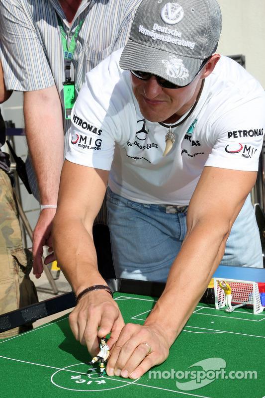 Nico Rosberg, Mercedes GP en Michael Schumacher, Mercedes GP spelen tafelvoetbal
