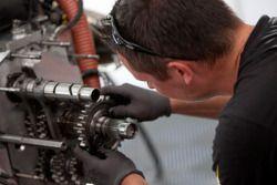 Механик команды DAMS за работой