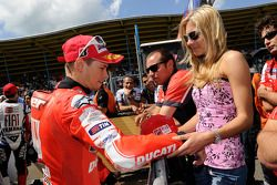 Derde plaats Casey Stoner, Ducati Marlboro Team met vrouw Adriana