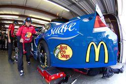 Miembros del equipo Earnhardt Ganassi Racing Chevrolet trabajando
