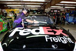 Miembro del equipo Joe Gibbs Racing Toyota trabajando