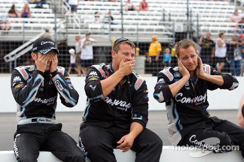 Colin Braun en teamleden joke around