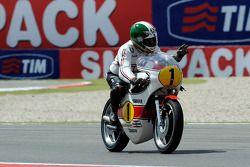 Джакомо Агостини позирует с мотоциклом 1975 года, выигравшим чемпионат, Yamaha OW23