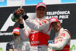 Podio: segundo clasificado Lewis Hamilton, McLaren Mercedes