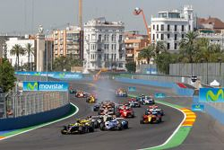 Marcus Ericsson leads the field into turn one on the opening lap of the race
