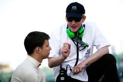 Ivan Lukashevich praat met David Kennedy