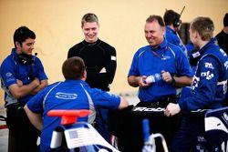 Josef Newgarden talks to the Carlin team and Dean Smith