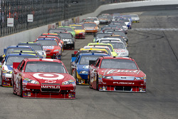 Start: Juan Pablo Montoya, Earnhardt Ganassi Racing Chevrolet and Kasey Kahne, Richard Petty Motorsports Ford lead the field