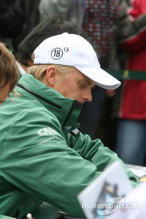 Heikki Kovalainen signe des autographes