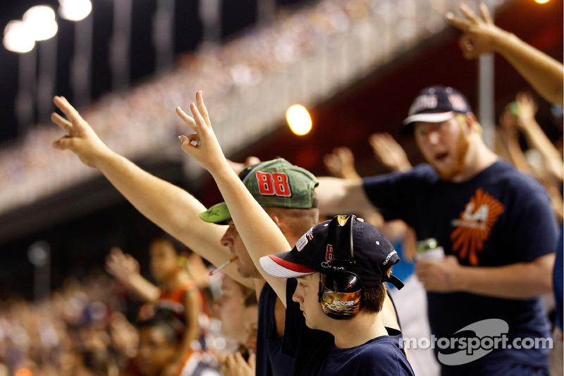 Com o triunfo, não houve como os fãs relembrarem Dale Earnhardt nas arquibancadas, com o gesto característico.