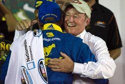 Victory lane: race winnaar Dale Earnhardt Jr. met Richard Childress