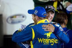 Victory lane: race winnaar Dale Earnhardt Jr. met Steve Arpin