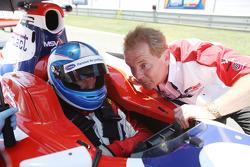Jonathan Palmer CEO MotorSport Vision discute avec son fils Jolyon Palmer