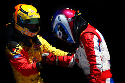Benjamin Bailly feliciteert racewinnaar Jolyon Palmer
