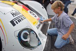 Un jeune membre de l'équipe Action Express Racing