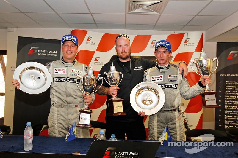 Jamie Campbell-Walter et Warren Hughes reçoivent leur trophée pour leur victoire à Silverstone