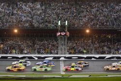 Start: Kevin Harvick, Richard Childress Racing Chevrolet and Jimmie Johnson, Hendrick Motorsports Chevrolet lead the field