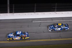 Kurt Busch, Penske Racing Dodge, Elliott Sadler, Richard Petty Motorsports Ford