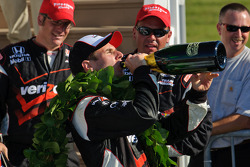 Will Power drinkt champagne