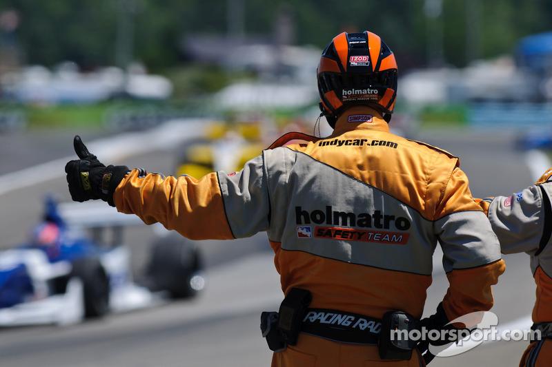 Le Holmatro Safety Team salue le peloton Indy Lights