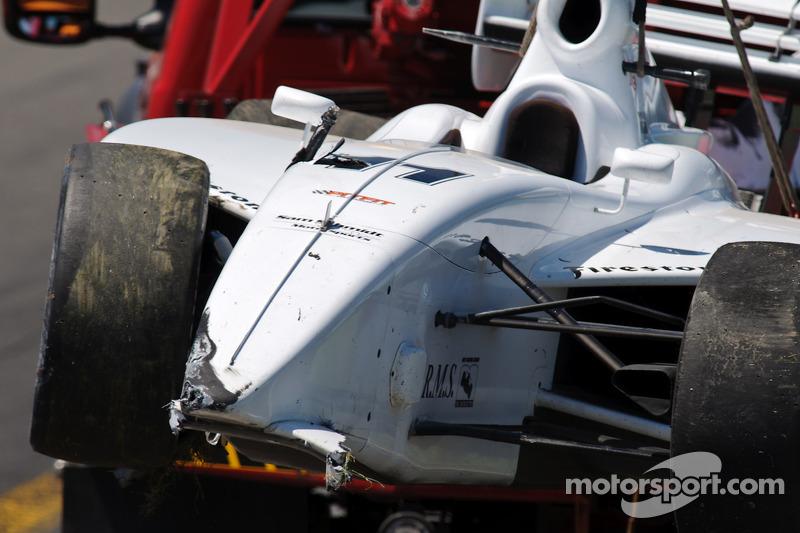 La voiture de Pippa Mann retourne aux stands après l'accident avec Dan Clarke