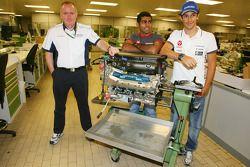 Mark Gallagher, algemeen manager van Cosworth's F1 Business Unit, Karun Chandhok, Hispania Racing F1
