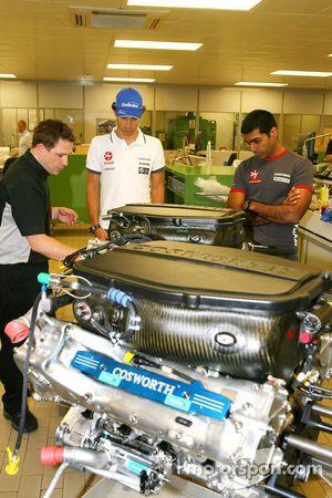 Werksbesuch bei Cosworth: Bruno Senna, Hispania Racing F1 Team, und Karun Chandhok, Hispania Racing