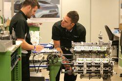 Cosworth techneuten, bezoek aan de Cosworth-fabriek in Northhampton