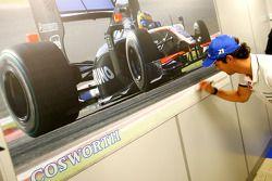 Bruno Senna, Hispania Racing F1 Team, bezoekt de Cosworth-fabriek in Northhampton