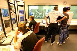 Mark Gallagher, algemeen manager van Cosworth's F1 Business Unit, Bruno Senna, Hispania Racing F1 Te