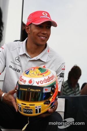 Lewis Hamilton, McLaren Mercedes, met zijn nieuwe helmontwerp