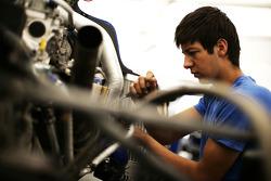 A mechanic work on the car of Lucas Foresti