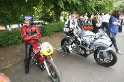 Freddie Sheene sur le Icon Sheene admire la Moto Morini 250 GP Bialbero de Paul Galles