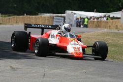 Клаус Фидлер за рулем Alfa Romeo 182, на котором в 1982 году в Формуле 1 выступал Андреа де Чезарис
