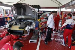 Себастьен Лёб в сервисной зоне Citroën Total World Rally Team