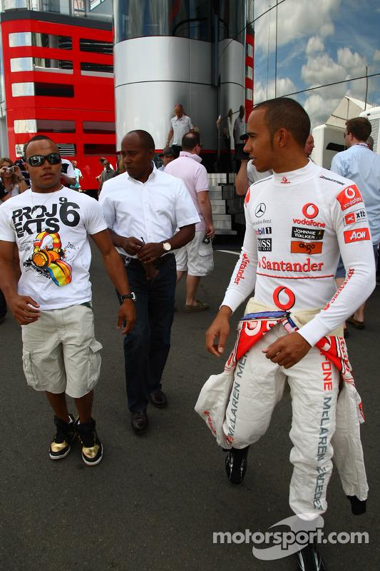 Nicholas Hamilton, broer van Lewis Hamilton met vader Anthony Hamilton, McLaren Mercedes