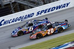 Joey Logano poursuit Ricky Stenhouse Jr.