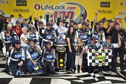 Victory lane: race winnaar David Reutimann, Michael Waltrip Racing Toyota