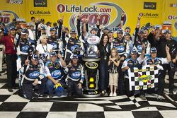 Victory lane: race winnaar David Reutimann, Michael Waltrip Racing Toyota