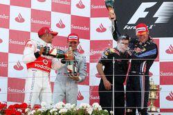 Podio: ganador de la carrera Mark Webber, Red Bull Racing, segundo lugar Lewis Hamilton, McLaren Mer