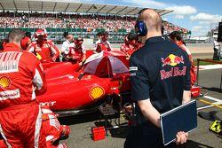 Director técnico de operaciones de Adrian Newey, Red Bull Racing, mira el Ferrari