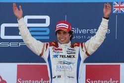 Серхио Перес празднует победу на подиуме