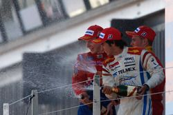 Серхио Перес празднует победу на подиуме с Оливером Тёрви и Дани Клосом