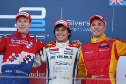 Sergio Perez fête son succès sur le podium avec Oliver Turvey et Dani Clos