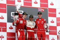 Daniel Morad fête son succès sur le podium avec Mirko Bortolotti et Alexander Rossi