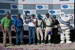 Michelin Green X Challenge podium: prototype winnaars Emanuele Pirro en Jonny Cocker met Paul Drayso