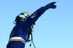 Mark Winterbottom vieren de winst van race 2 van de Townsville 400 voor Ford Performance Racing